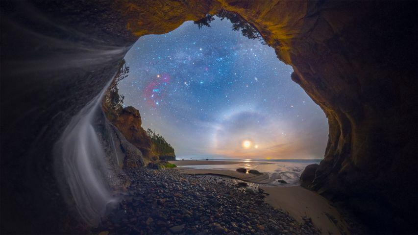 Nebenmond, aufgenommen an den Hug Point Falls an der Küste Oregons, USA
