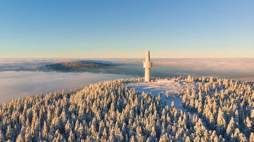 Luftaufnahme von Schneeberg und Ochsenkopf über den Wolken bei Sonnenaufgang, Fichtelgebirge, Bayern