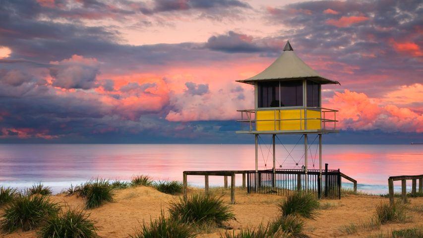 Wasserrettungsstation im Sonnenuntergang am Strand von The Entrance, Central Coast, Bundesstaat New South Wales, Australien