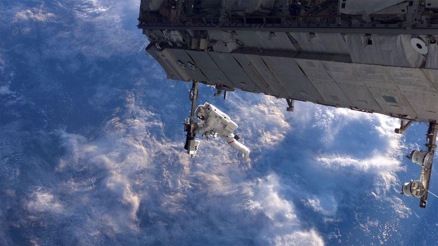 Ein NASA-Astronaut verrichtet Außenarbeiten an der Internationalen Raumstation, 2006