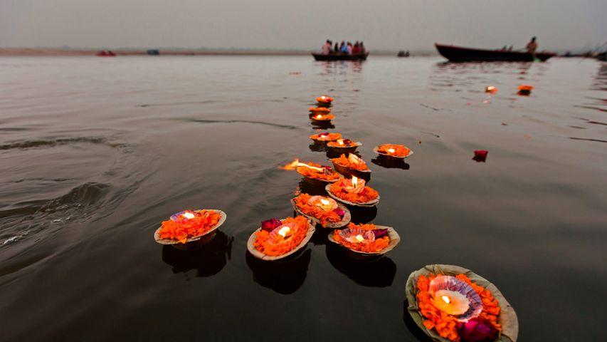 Auf dem Ganges treibende Kerzen, Varanasi, Indien