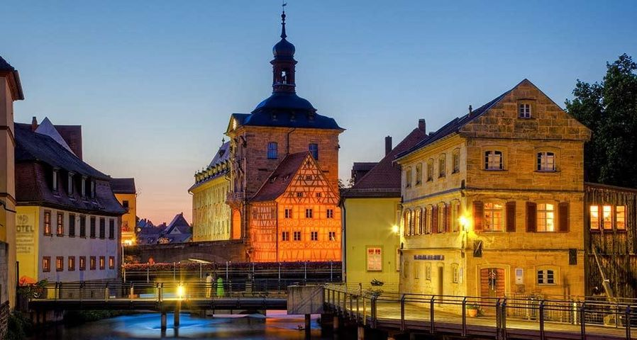 Altstadt und Altes Rathaus auf der Brücke über die Regnitz, Bamberg, Oberfranken, Bayern, Deutschland