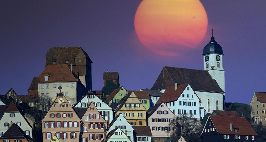 Der Mond scheint über Altensteig, Baden-Württemberg, Deutschland – Edmund Nagele PCL/Superstock ©