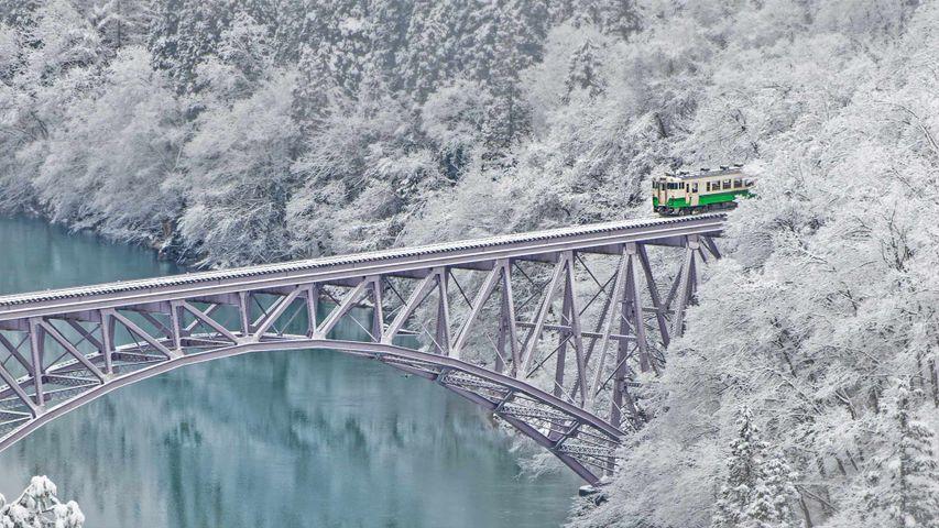 Ein Zug auf der Eisenbahnbrücke über den Tadami in der Nähe von Mishima, Japan