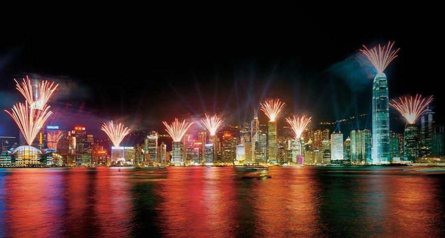 Ein Feuerwerk lässt den Victoria-Hafen in Hong Kong leuchten