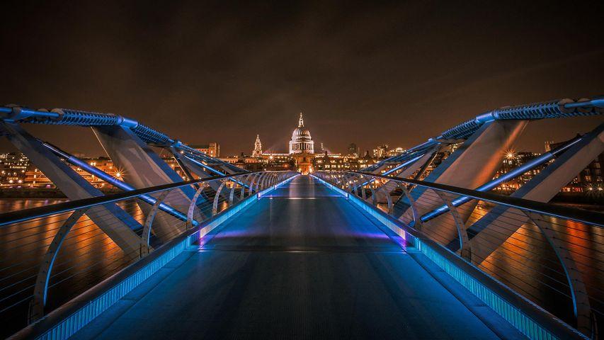 Millennium Bridge mit St Paul's Cathedral im Hintergrund, London, England, Vereinigtes Königreich