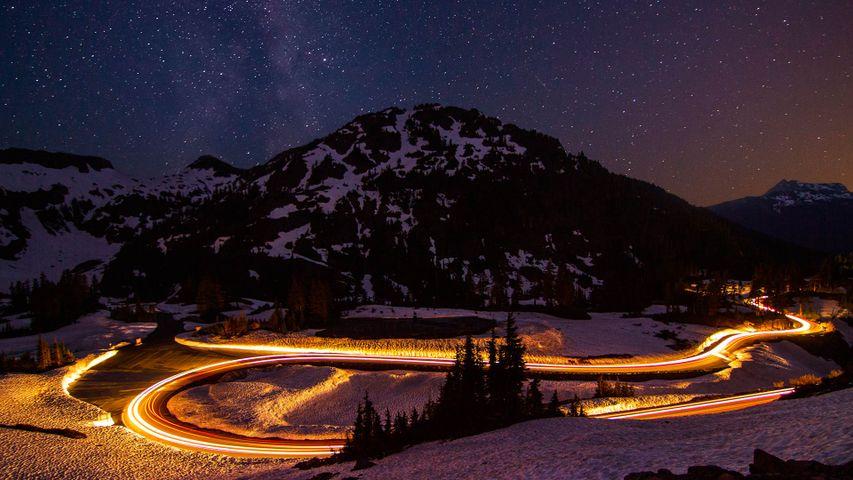 Langzeitbelichtung des Verkehrs auf der Stadtautobahn von Osoyoos, British Columbia, Kanada