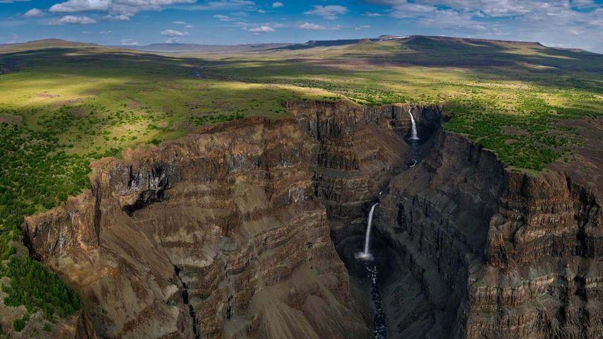 Wasserfälle in einer Schlucht des Putorana-Plateaus, Sibirien, Russland