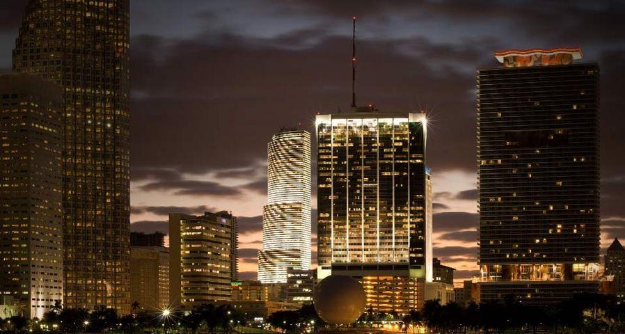 Die Skyline von Miami leuchtet in der Dämmerung, Florida