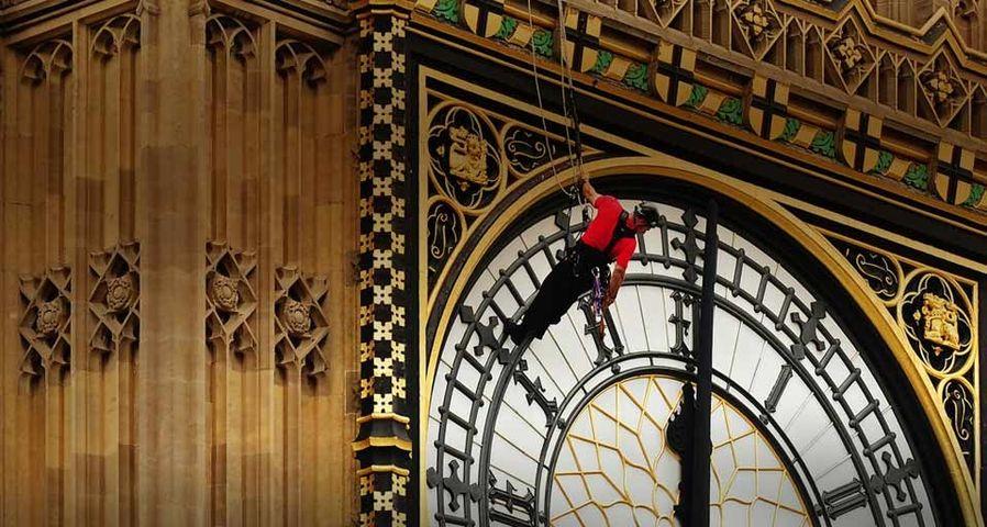 """Arbeiter führen Wartungsarbeiten am Uhrenturm St. Stephen's Tower – besser bekannt als """"Big Ben"""" – in London aus – Carl De Souza/Getty Images ©"""