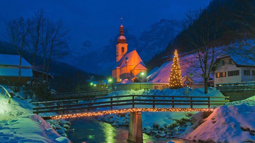 Festlich illuminierte Pfarrkirche St. Sebastian in Ramsau bei Berchtesgaden, Bayern, Deutschland
