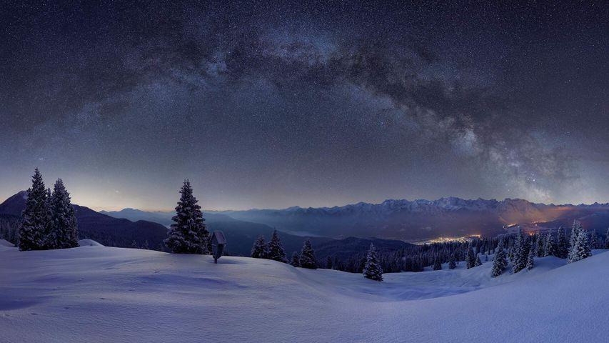 Milchstraße über den verschneiten Weiden der Wallgauer Alm mit Blick auf das Karwendelgebirge, Bayern, Deutschland