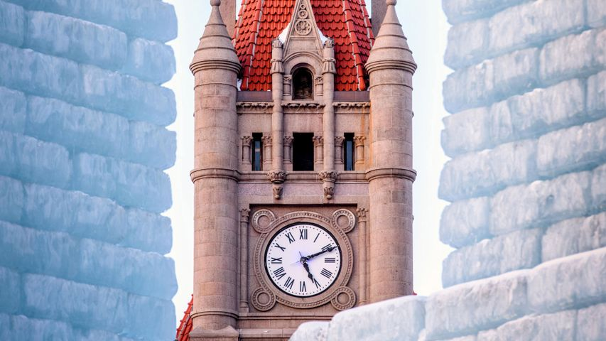 Uhrturm des Landmark Center und Winter Carnival-Eispalast, Saint Paul, Minnesota, USA