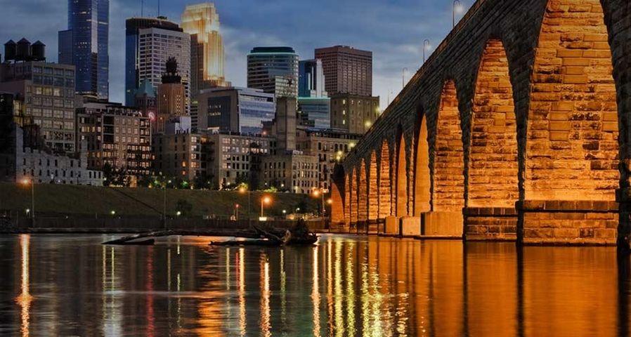 Skyline von Minneapolis und die Stone Arch Bridge über den Mississippi River, Minnesota