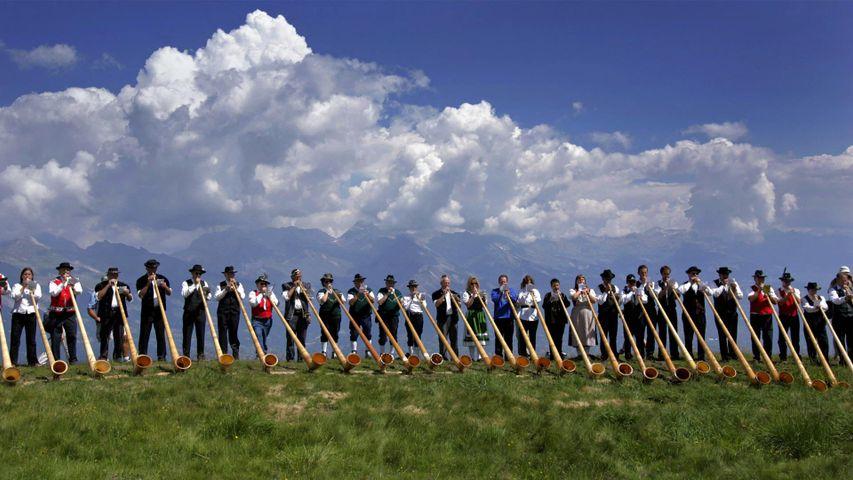 Alphorn-Musiker spielen während des Internationalen Alphornfestivals in Nendaz, Schweiz