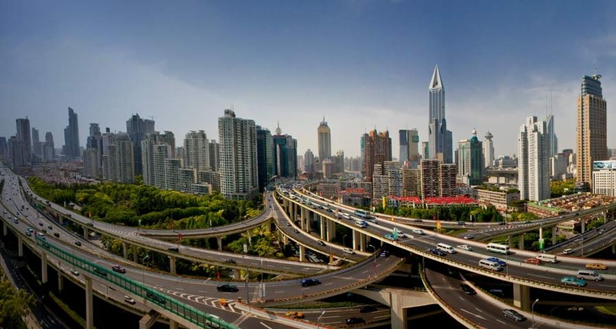 Stadtautobahnen schlängeln sich durch die Skyline von Shanghai, China – Jose Fuste Raga/Corbis ©