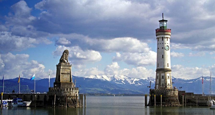 Der Hafen von Lindau mit Leuchtturm und Löwe am Bodensee, Bayern, Deutschland – Charles Mahaux/Photolibrary ©
