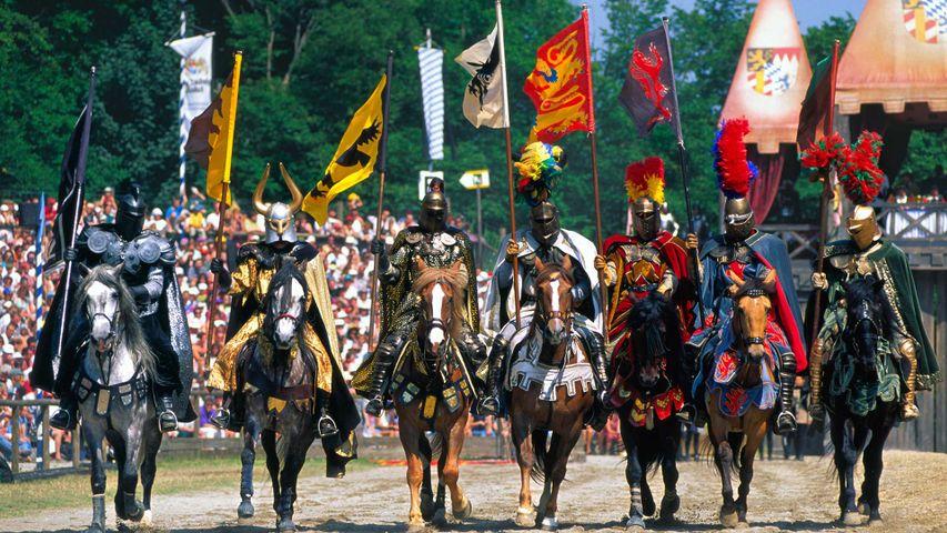 Ritter auf ihren Pferden während des Ritterturniers in Kaltenberg, Bayern, Deutschland