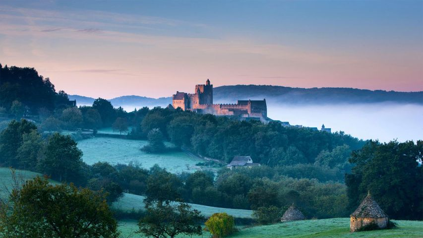 Château de Beynac über dem Tal der Dordogne in Frankreich