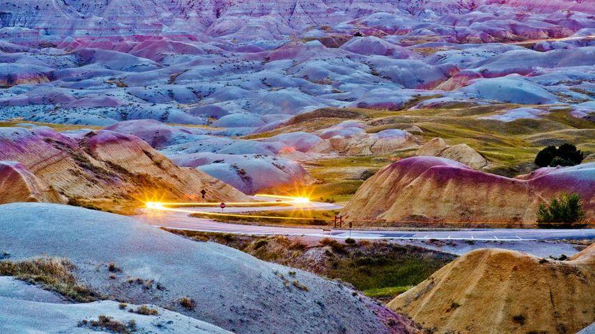 Autoscheinwerfer im Badlands-Nationalpark, South Dakota, USA