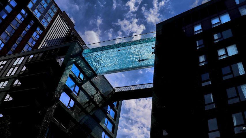 Der Sky Pool in den Embassy Gardens in London, England