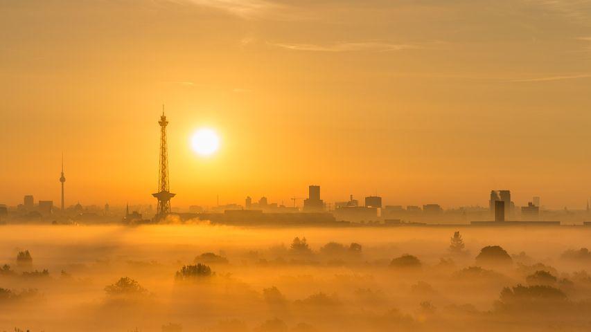 Berliner Skyline mit Funkturm bei Sonnenaufgang