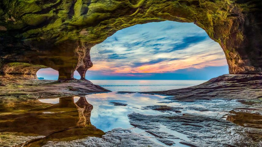 Höhle im Uferschutzgebiet Pictured Rocks National Lakeshore, Oberer See, Michigan, USA