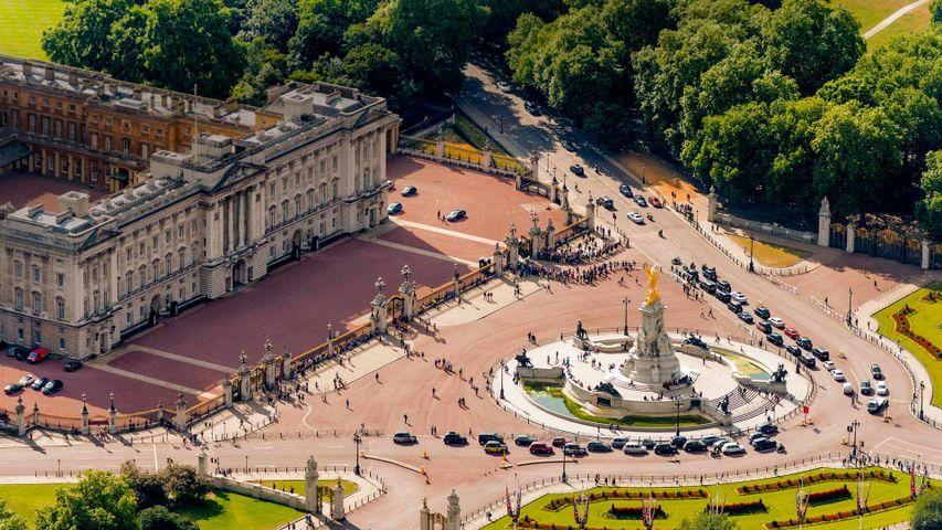 Buckingham Palace und Victoria Memorial in London. Anlässlich der Feierlichkeiten zu Queen Victorias 200. Geburtstagsjubiläum