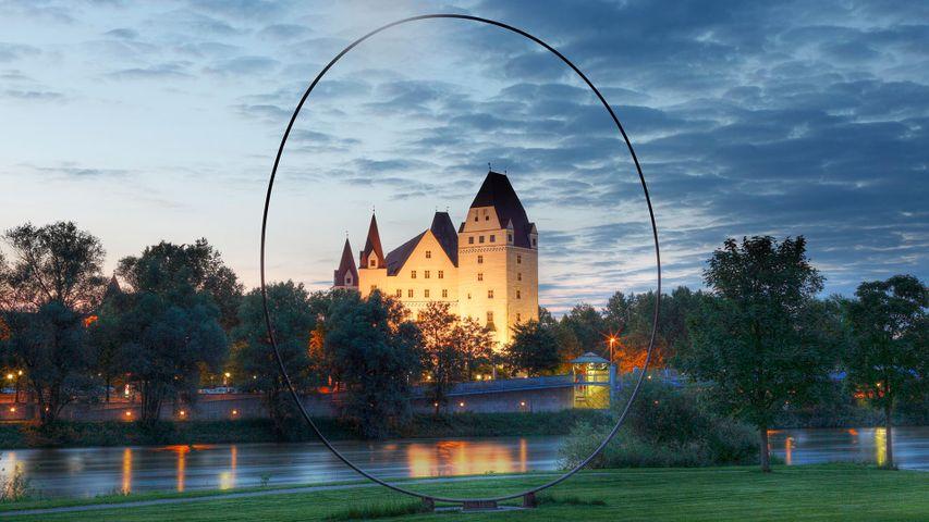 """Skulptur """"Das Auge"""" von Paul Fuchs und das Neue Schloss, Ingolstadt, Bayern, Deutschland"""