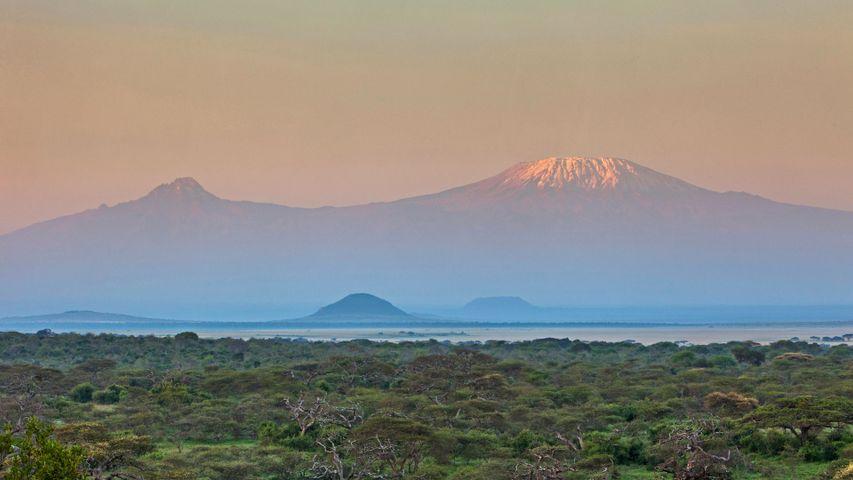 Der Kilimandscharo in Kenia vom Chyulu Hills Nationalpark aus gesehen. Zum Internationalen Tag der Berge