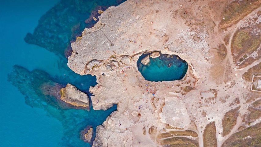 Luftbild der Grotta della Poesia (Höhle der Poesie) in der Nähe von Roca, Lecce, Italien