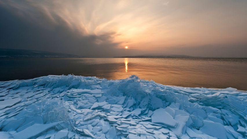 Eisschollen am Ufer der Insel Reichenau, Bodensee, Baden-Württemberg, Deutschland