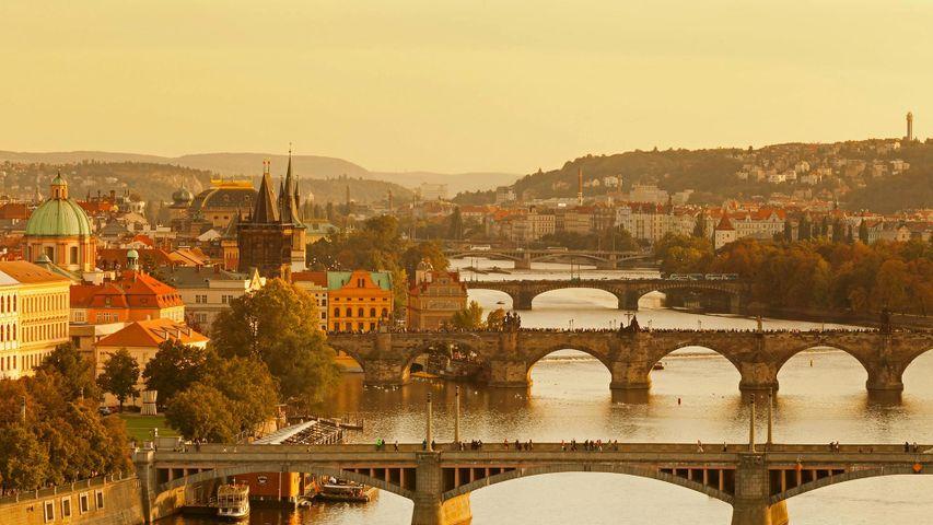"""Blick auf die Moldaubrücken in Prag, Tschechische Republik. Zum 30. Jahrestag der """"Samtenen Revolution"""""""