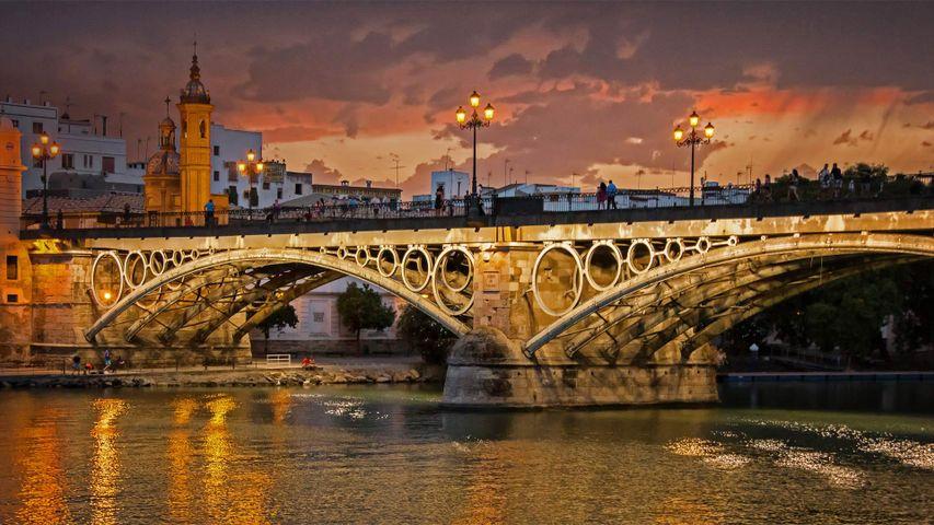 Triana-Brücke über den Guadalquivir, Sevilla, Spanien. Anlässlich des 500. Jahrestages von Magellans Aufbruch zur ersten Weltumseglung