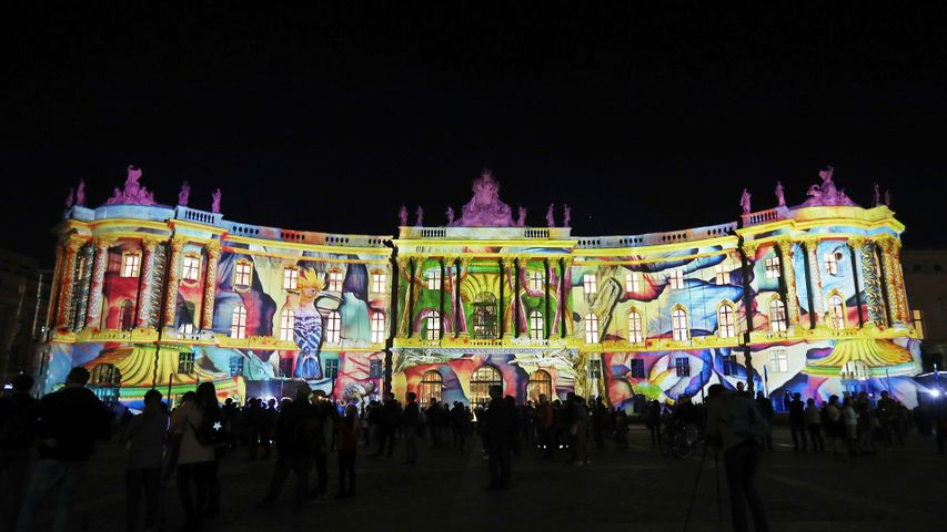 Die illuminierte Alte Bibliothek am Bebelplatz während des Festival of Lights 2018 in Berlin, Deutschland