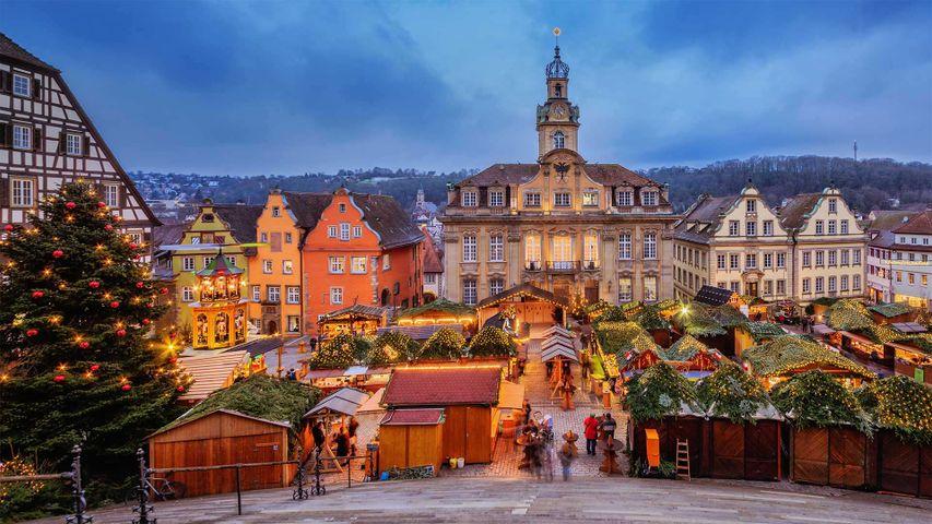 Alljährlicher Weihnachtsmarkt auf dem Marktplatz von Schwäbisch-Hall, Baden-Württemberg, Deutschland
