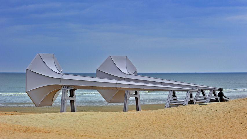 """Installation """"I Can Hear It"""" des Künstlers Ivars Drulle am Strand zwischen Middelkerke und Westende, Belgien"""