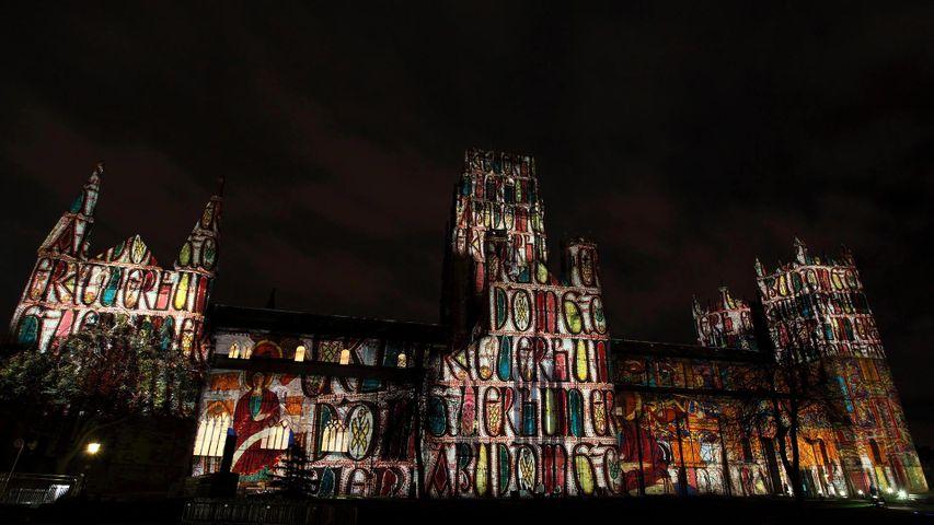 """Projektion der """"Crown of Light""""-Installation auf der Durham Cathedral während des Lumiere Festivals 2013 in Durham, England"""