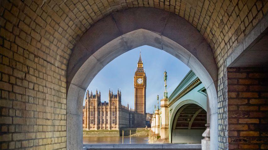 Blick durch einen Fußgängertunnel auf den Big Ben und den Palace of Westminster, London, England
