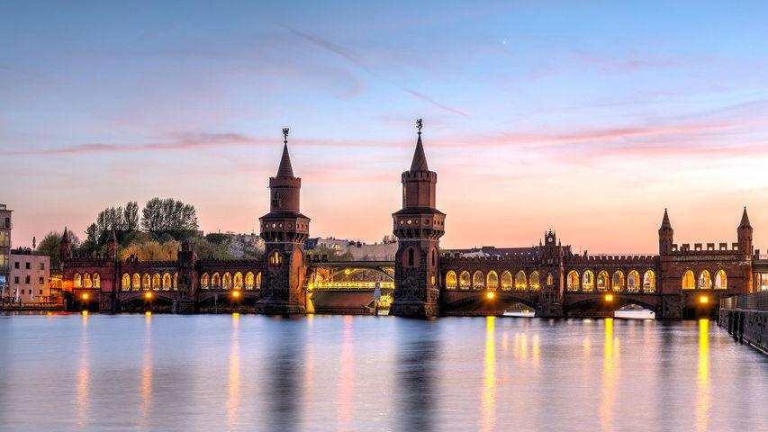 Die Oberbaumbrücke über die Spree in Berlin, Deutschland