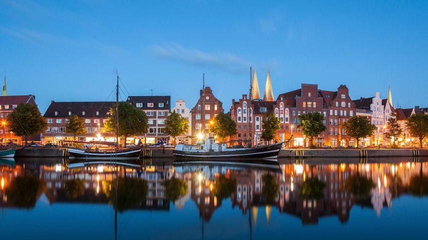 Traveufer in Lübeck, Schleswig-Holstein, Deutschland