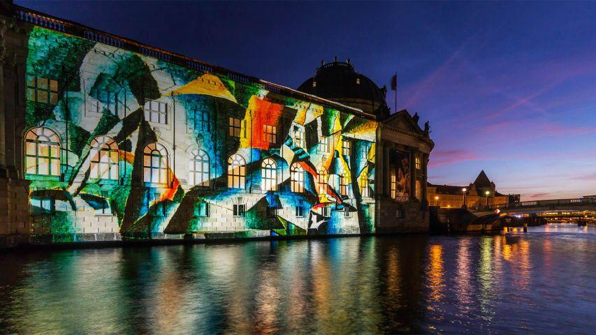 Das Bode-Museum während des Festival of Lights, Berlin, Deutschland
