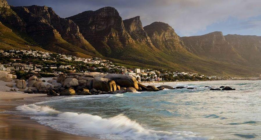 Der Küstenort Camps Bay nahe Kapstadt liegt hinter dem Tafelberg – Massimo Ripani/Corbis ©