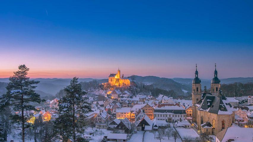 Blick auf die Gemeinde Gößweinstein mit der Burg Gößweinstein im Hintergrund, Fränkische Schweiz, Bayern