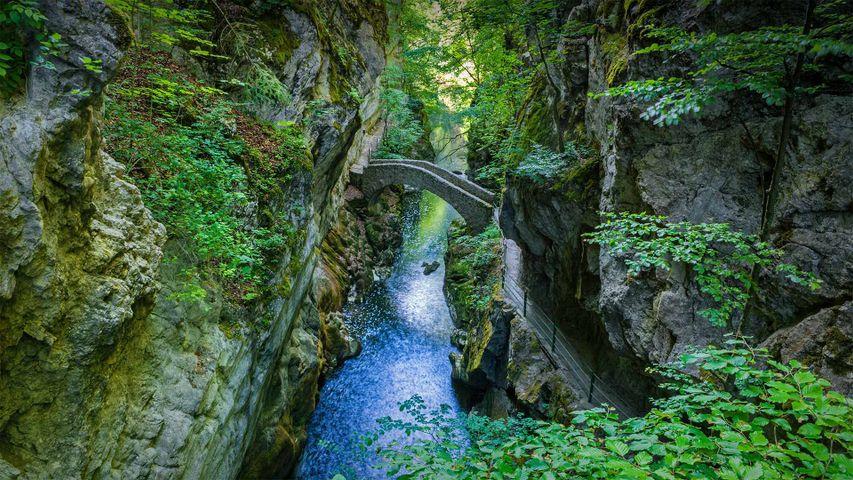 Steinbogenbrücke beim Saut du Brot in der Areuse-Schlucht, Neuenburg, Schweiz