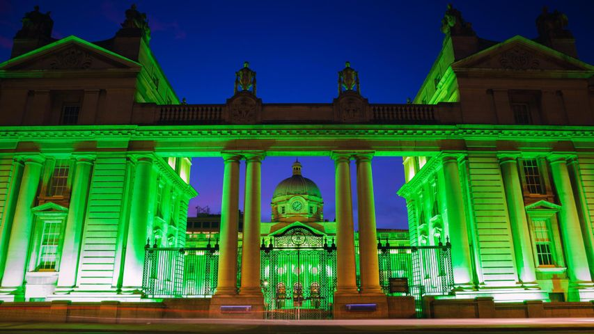 Festlich beleuchtetes Ministerium des Taoiseach, anlässlich des St. Patrick's Festivals in Dublin, Irland