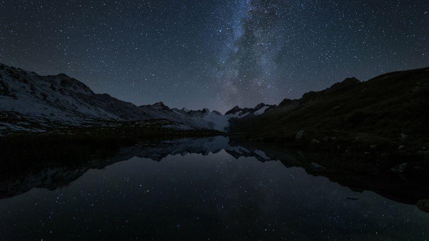 Die Sterne spiegeln sich im Totensee am Grimselpass, Schweiz