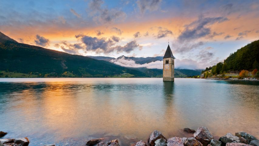 Kirchturm im Reschensee, Südtirol, Italien