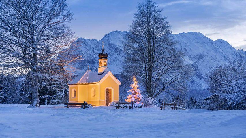 Kapelle Maria Rast bei Krün in Bayern mit dem Wettersteingebirge im Hintergrund