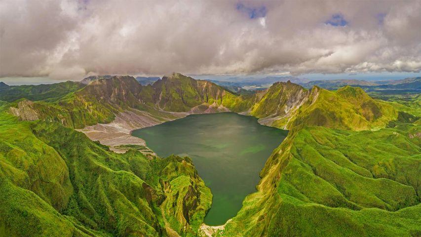 Luftaufnahme des Kratersees im Vulkan Pinatubo, Porac, Philippinen